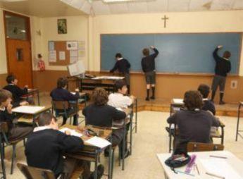 Unos niños escriben durante una clase de religión.