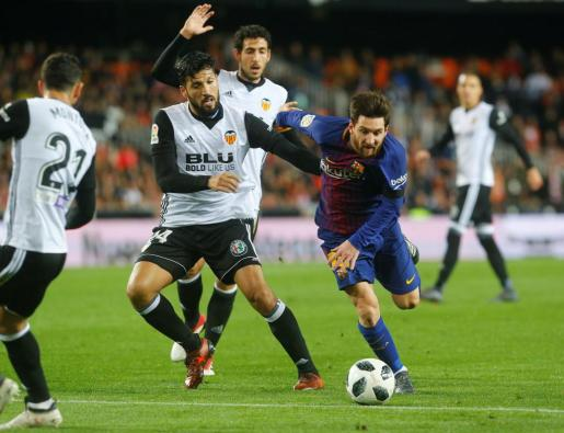 Soccer Football - Spanish King's Cup Semi Final Second Leg - Valencia vs FC Barcelona - Mestalla, Valencia, Spain - February 8, 2018 Barcelona¿s Lionel Messi in action with Valencia's Ezequiel Garay REUTERS/Heino Kalis SOCCER-SPAIN-CUP/