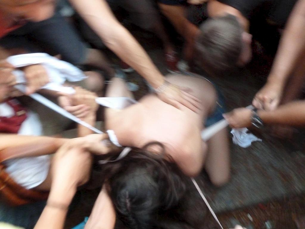 Montones de chicas follando en una fiesta sexual divertida