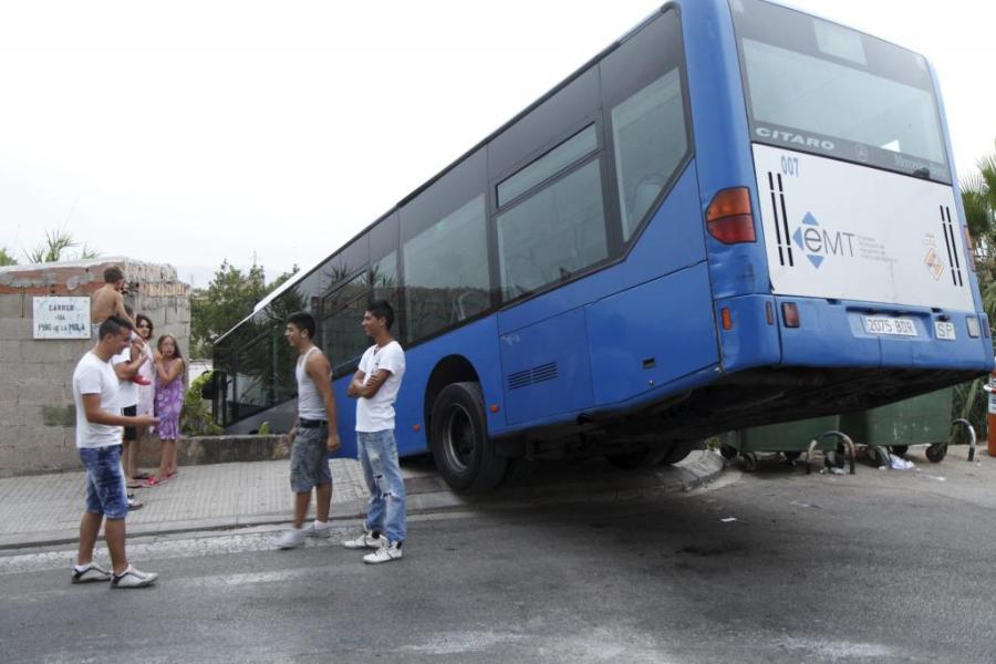 Aparatoso accidente de un autob s de la emt fotogaler as - Transportes palma de mallorca ...