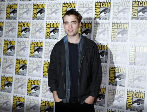El actor Robert Pattinson posa a su llegada a la Comic con de San Diego, California.