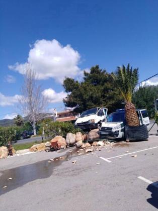 Imagen del estado en el que quedaron los dos vehículos tras el impacto en la carretera de Sant Josep.
