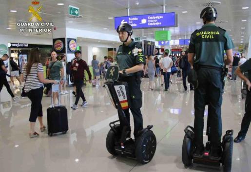 Dos agentes de la Guardia Civil en segway por el aeropuerto.