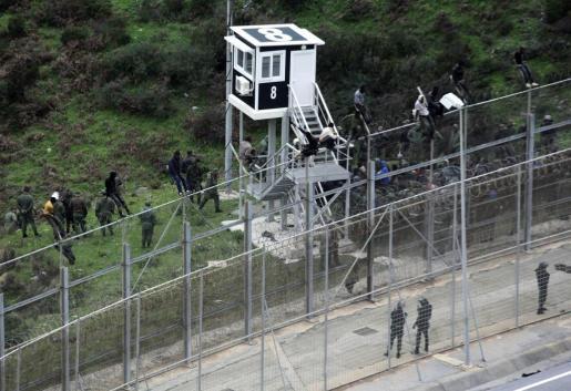 Imagen de archivo de la valla de Ceuta. En el extremo están las concertinas.