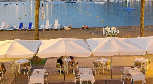 Desde la terraza de Es Canyís, Port de Sóller, se divisa toda la bahía