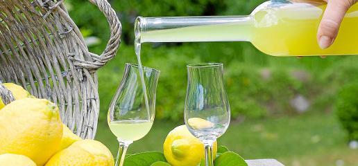 Con los ácidos limones se prepara una de las bebidas más excitantes que nos ha dado la vieja Italia
