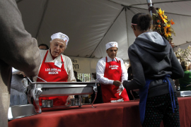 Actor Douglas and Los Angeles Mayor Villaraigosa help serve an early Thanksgiving meal to the homeless at the Los Angeles Missio