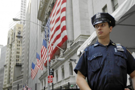 Nueva YorkA New York City Police officer stands outside the New York Stock Exchange