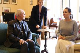 Críticas a Angelina Jolie por visitar al arzobispo de Canterbury sin sujetador